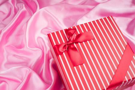 seidenstoff: sch�ne Geschenk-Box auf rosa Seidentuch