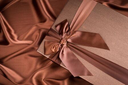 tissu soie: tr�s belle bo�te-cadeau sur tissu de soie de couleur chocolat Banque d'images