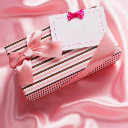 tissu soie: belle bo�te-cadeau et carte sur le tissu de soie rose Banque d'images