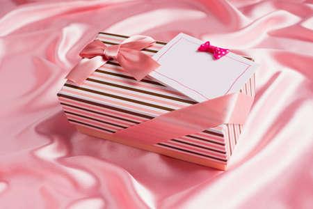 tissu soie: jolie bo�te-cadeau et carte sur tissu de soie rose