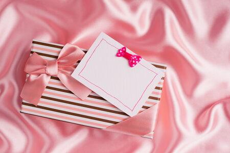 silk cloth: regalo bello e carta sul panno di seta rosa