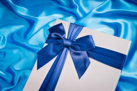 tissu soie: belle bo�te-cadeau sur tissu de soie Banque d'images