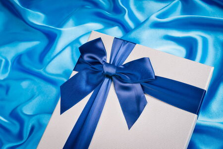 seidenstoff: sch�ne Geschenk-Box auf Seidentuch