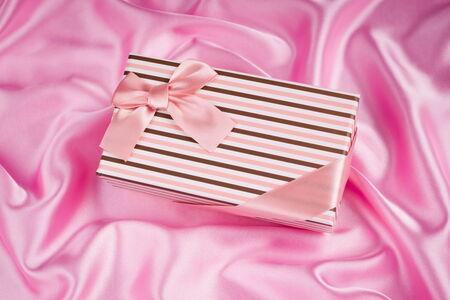 tissu soie: jolie bo�te-cadeau sur le tissu de soie rose Banque d'images