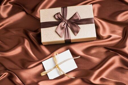 tissu soie: tr�s belle bo�te-cadeau et carte de voeux sur le tissu de soie de couleur chocolat Banque d'images