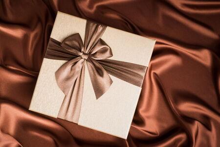 silk cloth: molto bella confezione regalo su panno di seta con colore del cioccolato Archivio Fotografico