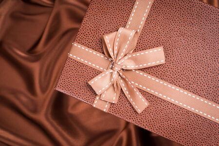 tissu soie: tr�s jolie bo�te-cadeau sur le tissu de soie de couleur de chocolat