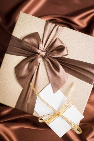 silk cloth: regalo molto bello e biglietto di auguri su un panno di seta con colore del cioccolato Archivio Fotografico