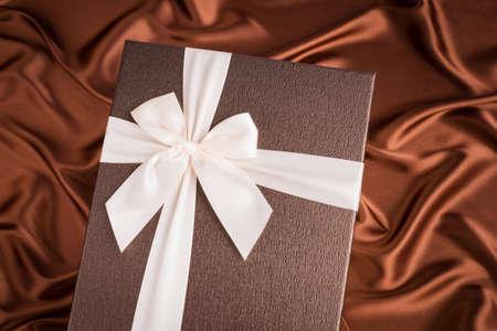 seidenstoff: sehr sch�ne Geschenk-Box auf Seidentuch mit Schokolade Farbe