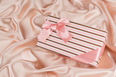tissu soie: tr�s belle bo�te-cadeau sur tissu de soie Banque d'images