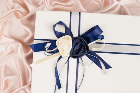 seidenstoff: sehr sch�ne Geschenk-Box auf Seidentuch