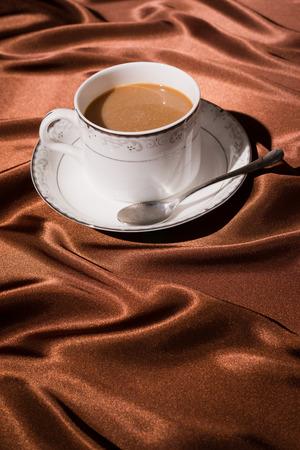 silk cloth: una tazza di caff� con marrone panno di seta sfondo
