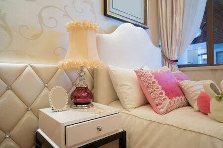 Leuke Slaapkamer Decoraties : Luxe slaapkamer met een mooie decoratie royalty vrije foto