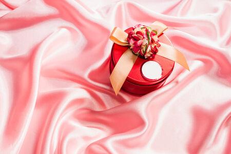 silk cloth: molto bella scatola regalo sul panno di seta