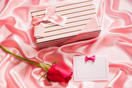 silk cloth: confezione regalo molto bello e rosa sul panno di seta