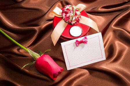 silk cloth: regalo molto bello e rosa su stoffa di seta