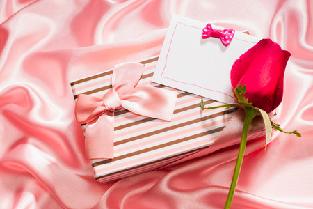 tissu soie: tr�s jolie bo�te-cadeau et de rose sur le tissu de soie