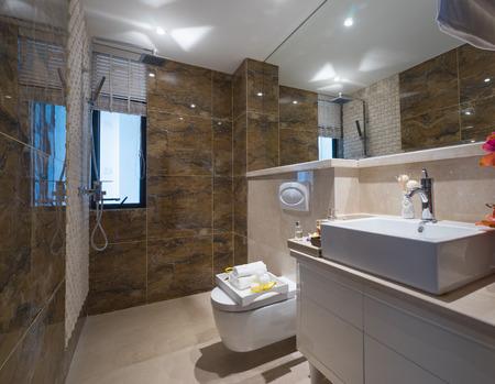 Modernes Bad mit schöner Dekoration Standard-Bild - 39307575