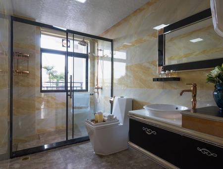 modernes Bad mit schöner Dekoration