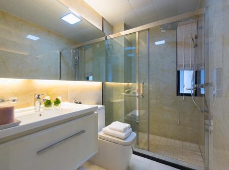 cuarto de ba�o: moderno cuarto de ba�o con una bonita decoraci�n Foto de archivo
