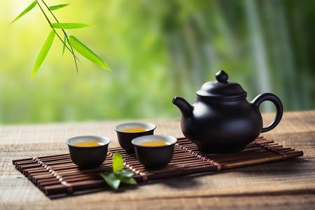 Teetasse und Teekanne auf Holzbrett außerhalb der Tür Standard-Bild - 73139213