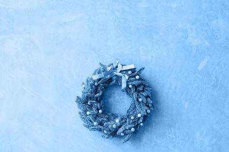 Couleur bleue classique de l'année 2020. Belle couronne de Noël délicate avec un arc sur le mur, espace pour copie
