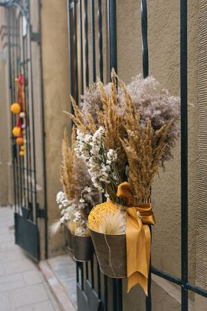 Dried flowers in the decoration of the outdoors Reklamní fotografie