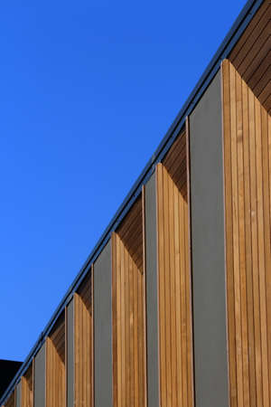 New modern town house development taken from an extreme angle. The windows of the townhouses are framed with panels of timber. Inner West, Sydney Stockfoto