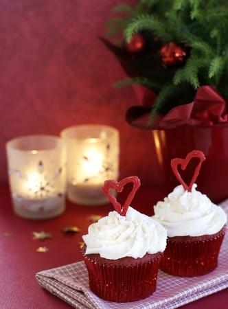 terciopelo rojo: Red pastelitos de terciopelo con cobertura de vainilla decorado para las vacaciones de Navidad