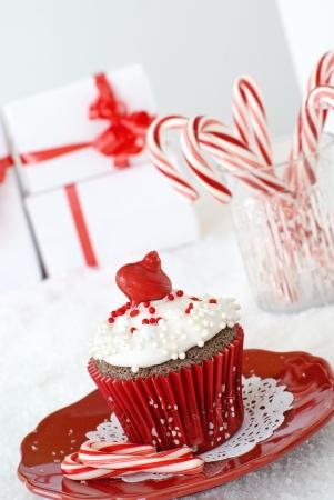 Chocolade cupcake met vanille glazuur, versierd met een eetbare versiering en parels Stockfoto