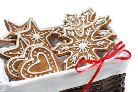 ginger cookies: Galletas de pan de jengibre decorado con glaseado real dispuestos en una canasta