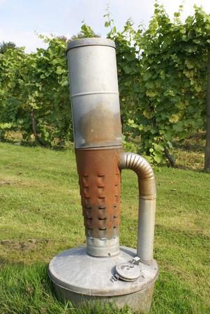 tanque de combustible: calentador con tanque de combustible en un jardín Foto de archivo