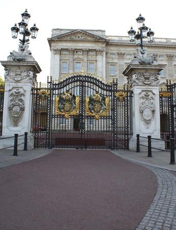 buckingham palace: Gate, Buckingham Palace, London, England Editorial