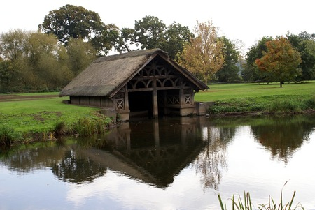 boat house: Medieval boat house at River Avon Bank in Warwick, England