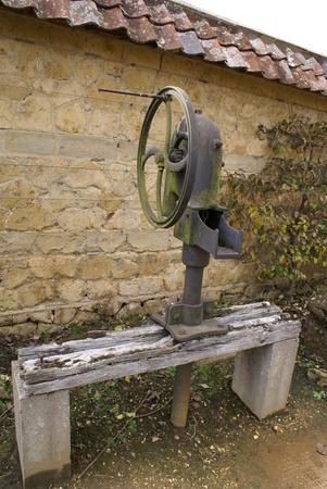 bomba de agua: bomba de agua manual de antig�edad de la vendimia Foto de archivo
