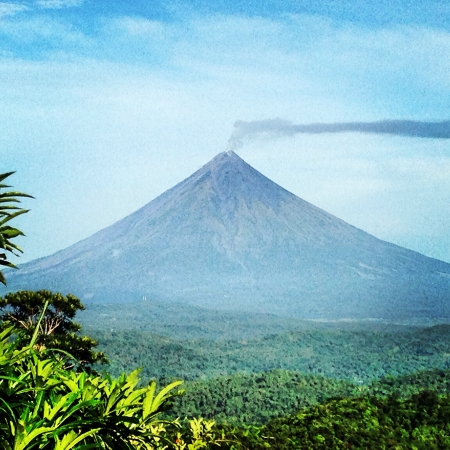 mayon: Mayon Volcano also known as Mount Mayon is an active volcano in the province of Albay on the island of Luzon in the Philippines. Renowned as the perfect cone because of its almost symmetric conical shape. Stock Photo