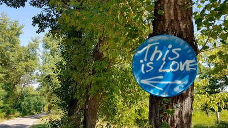 The inscription in the woods on the signpost is love. Banque d'images - 129456430