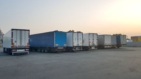 A truck fleet with a trailer, parking at the logistics terminal. Stockfoto