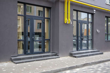 Commercial space for a shop or salon. Construction primarily for shops, offices and commercial premises. Sale and rental of real estate in a reference building. The apartment is on the first floor