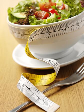 健康的な食事のための巻尺のミックス サラダ ボウル 写真素材 - 34121423