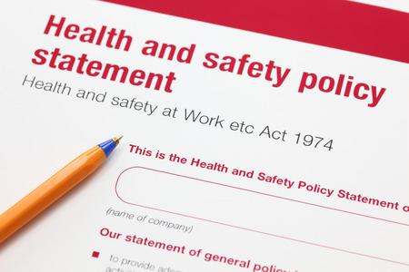 seguridad e higiene: Salud y la política de seguridad declaración y bolígrafo. Foto de archivo