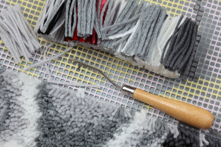 acrylic yarn: Preparation to rug latch hook: canvas, cut yarns, latch-hook.