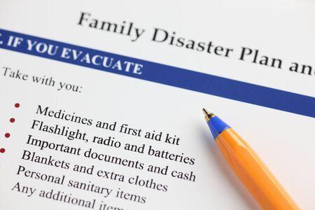 家族の防災計画とボールペン。クローズ アップ。