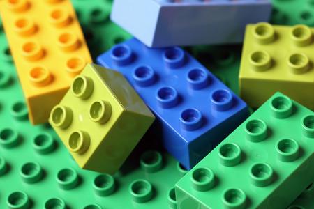 Tambov, Rusland - 20 april 2012 LEGO Duplo Blokken op een groene basisplaat. Lego vervaardigd door de Lego Group (Billund, Denemarken).