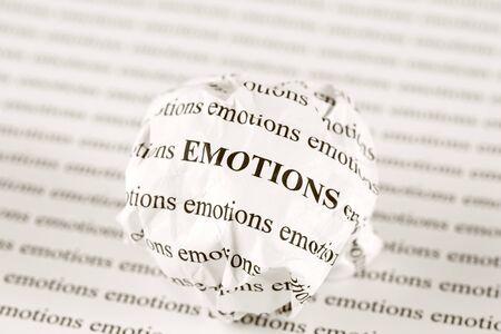 """las emociones: Bola de papel arrugado con las palabras """"emociones"""""""