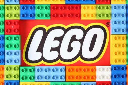 Tambov, Rusland - 16 december 2012 Lego Duplo blokken op merk Lego. Lego (handelsmerk in hoofdletters als LEGO) is een populaire lijn van constructiespeelgoed vervaardigd door de Lego Groep, een beursgenoteerd bedrijf gevestigd in Billund, Denemarken. Redactioneel