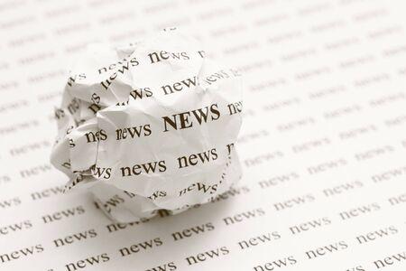 """Froissé boule de papier avec les mots """"nouvelles"""""""