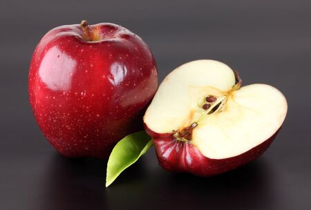 Manzanas rojas en negro