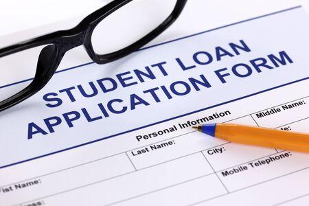 Student Loan aanvraagformulier met een bril en balpen