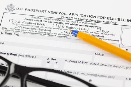 eligible: US domanda di rinnovo del passaporto per gli individui ammissibili con penna a sfera e occhiali. Archivio Fotografico